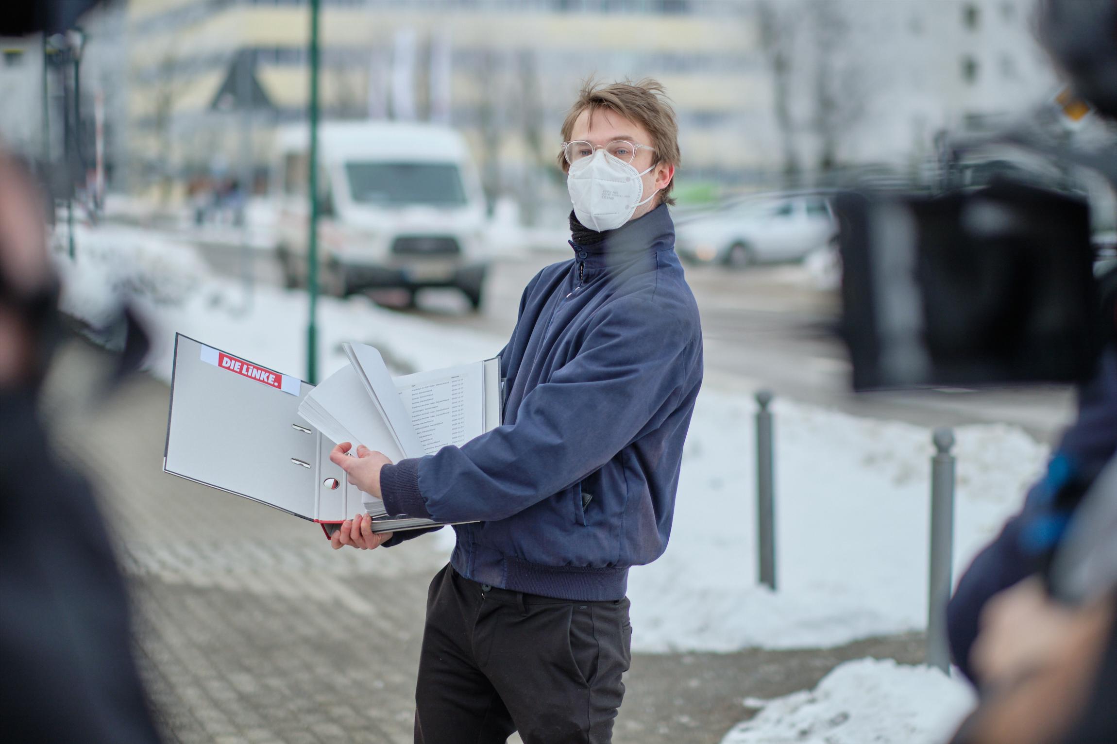 Stefan Kunath blättert die Unterschriften der Petition durch