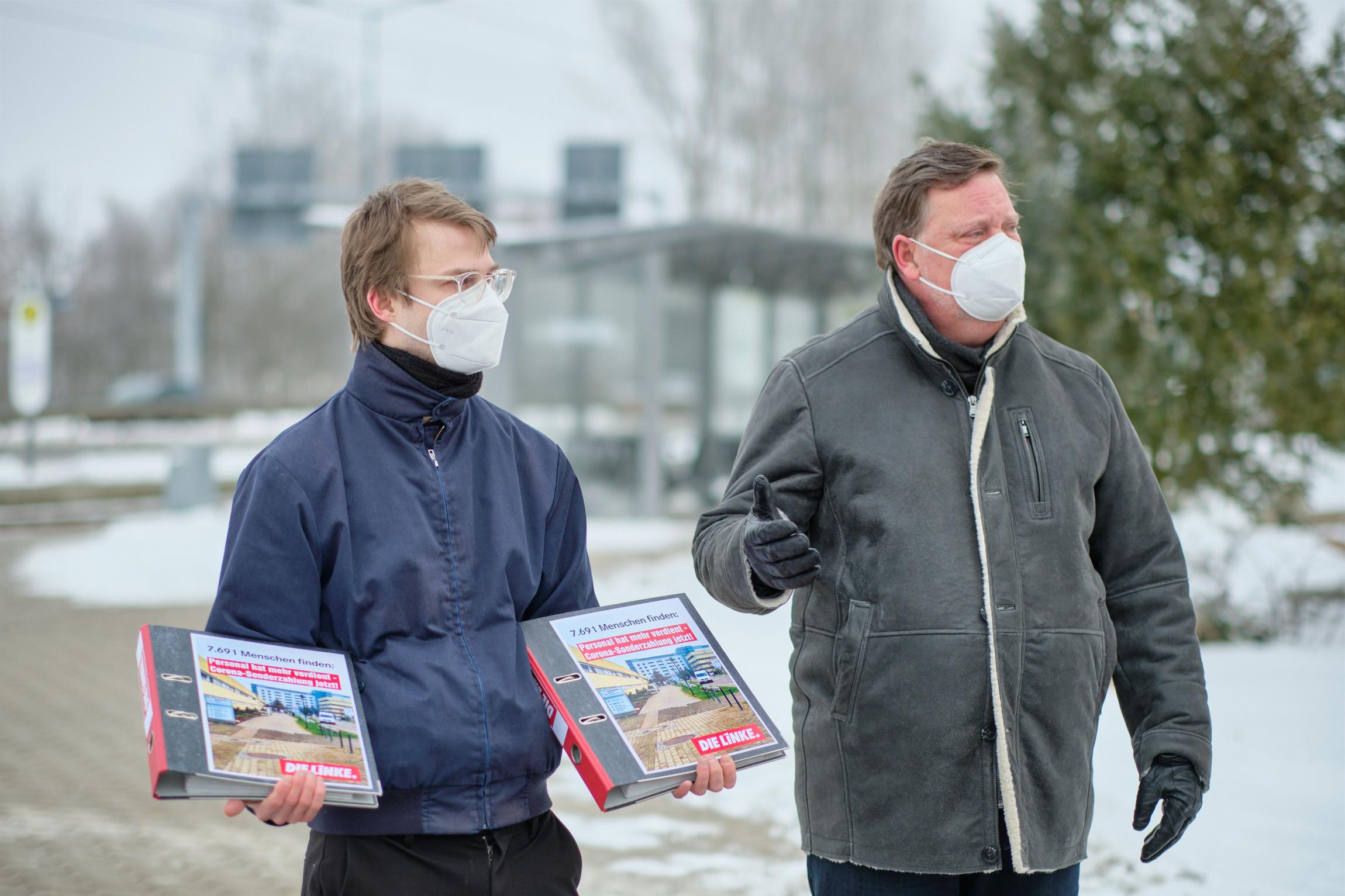 Stefan Kunath hält die Ordner mit allen Unterschriften der Petition im Beisein von Frank Ploss, stellvertretender Bezirksgeschäftsführer bei verdi