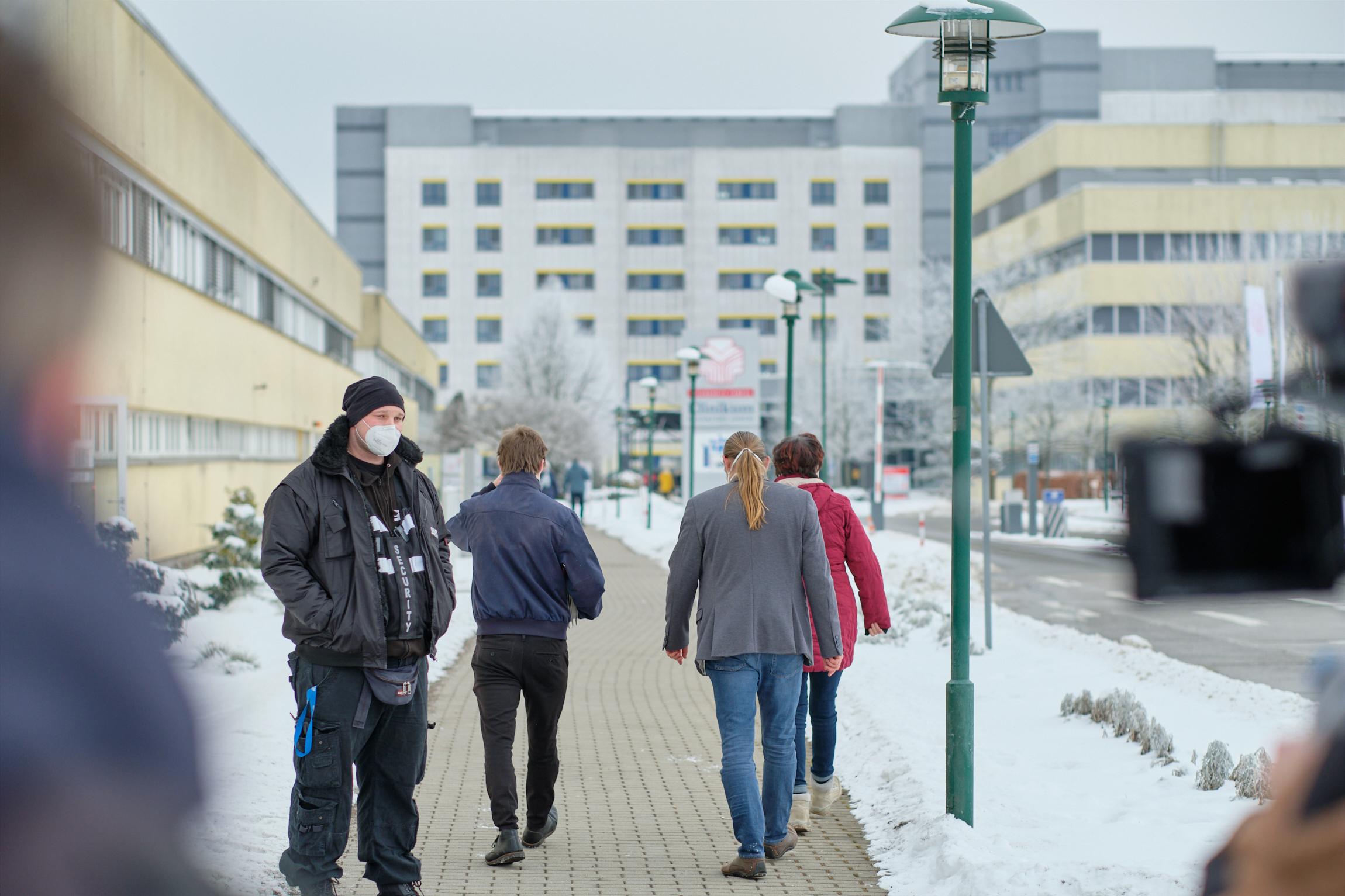 Stefan Kunath und Mitglieder des Betriebsrates gehen in Richtung des Klinikums um die Petition abzugeben