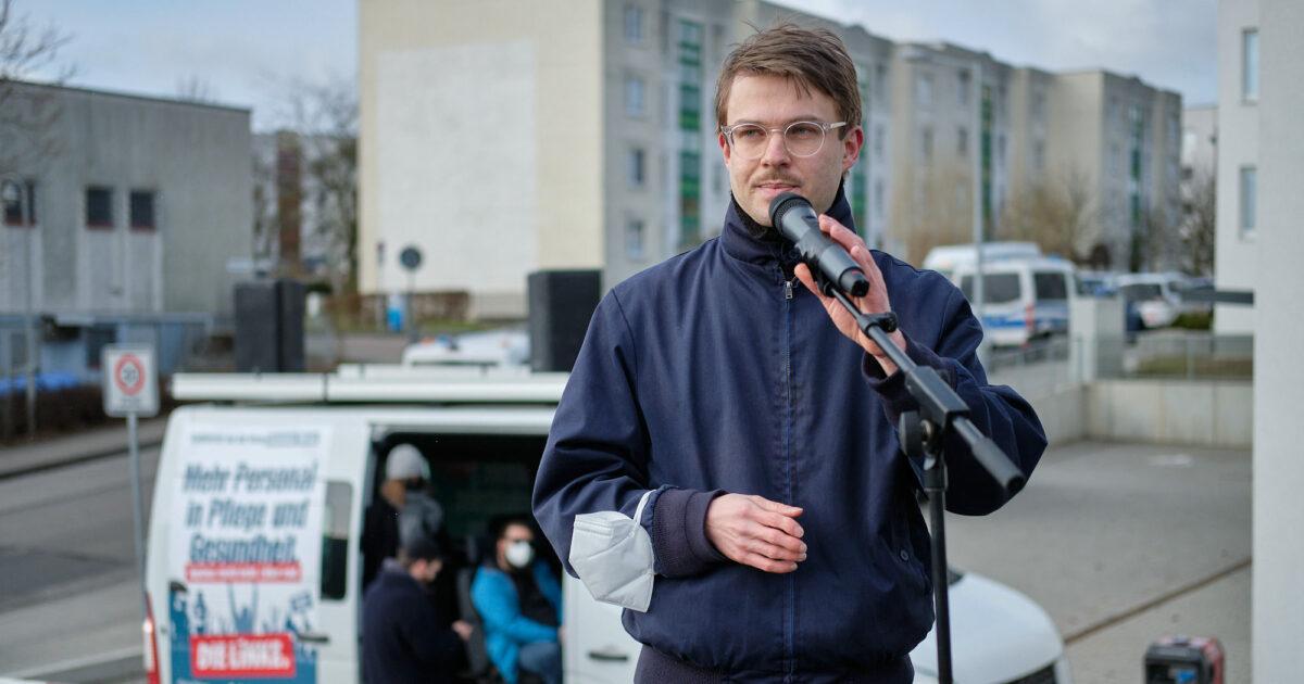 Stefan Kunath während einer Rede auf einer Kundgebung vor dem Mikrofon