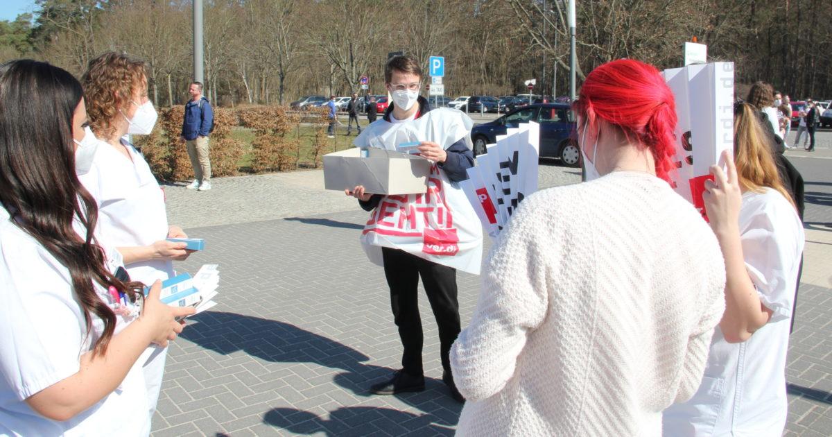 Stefan Kunath bei der Streikkundgebung am Klinikum in Bad Saarow im Gespräch mit den streikenden Beschäftigten