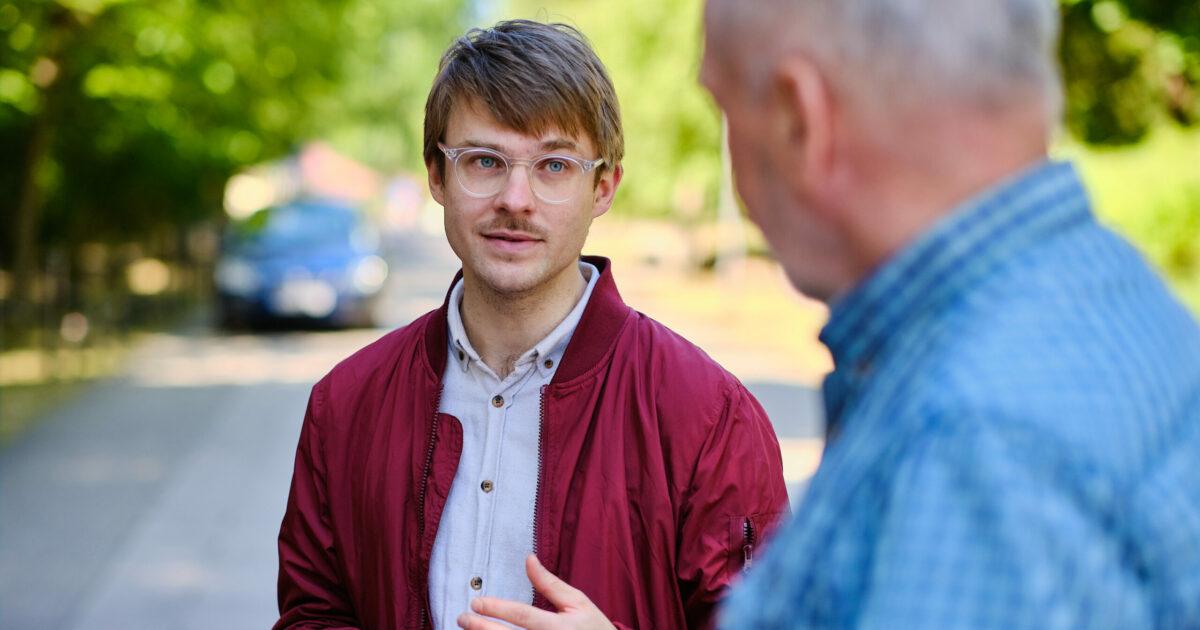 Stefan Kunath diskutiert mit einem Passanten über das Stahlwerk in Eisenhüttenstadt